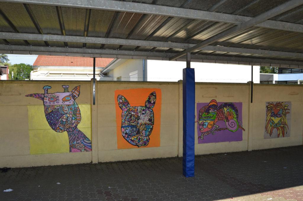 Préaut de l'école présentant des fesques peintes par la classe de monsieur Fontana